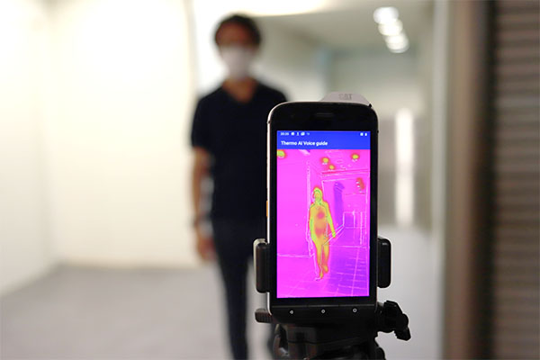 サーマルカメラで体温計測します